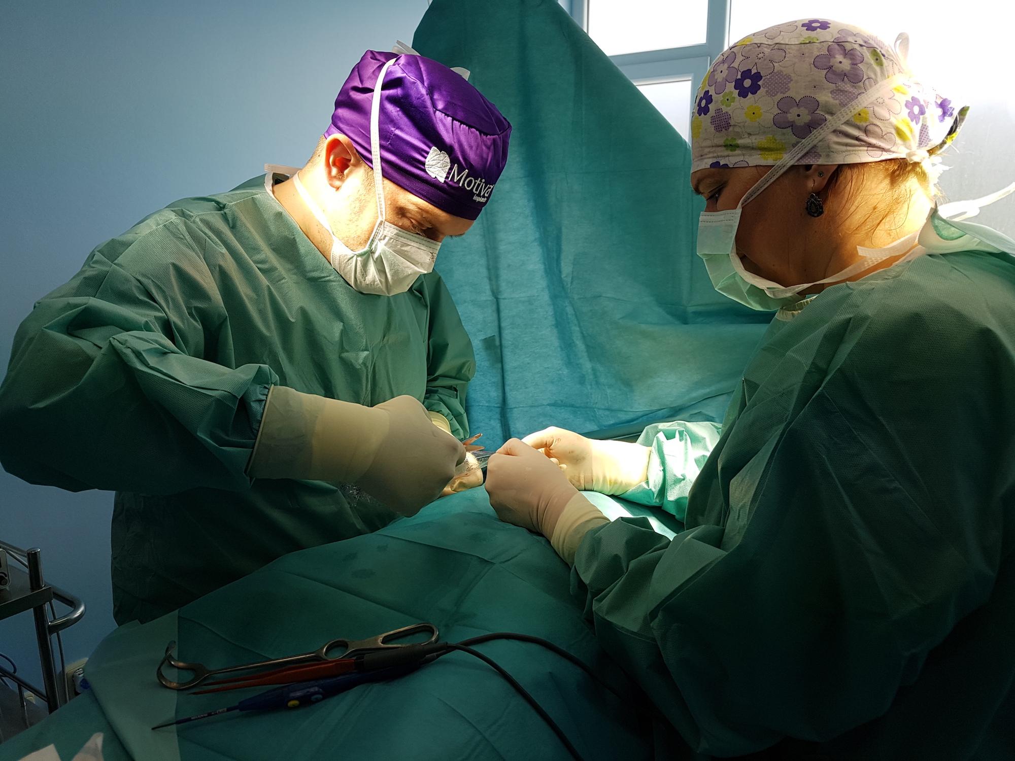 Miminálna jazva s Insertion Sleeve! Implantát Motiva Ergonomix 500 ml, profil Full cez 3,5 cm jazvu - operoval J. Fedeles eveclinic